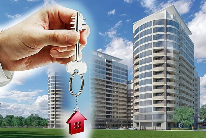 дома и ключ в руке