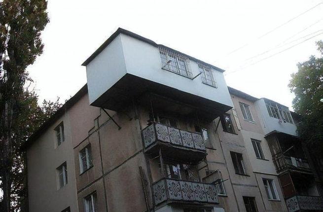 vinesenny-na-ulicu-balkon