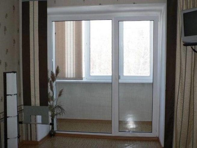 vyhod-na-balkon-s-oknami-v-pol